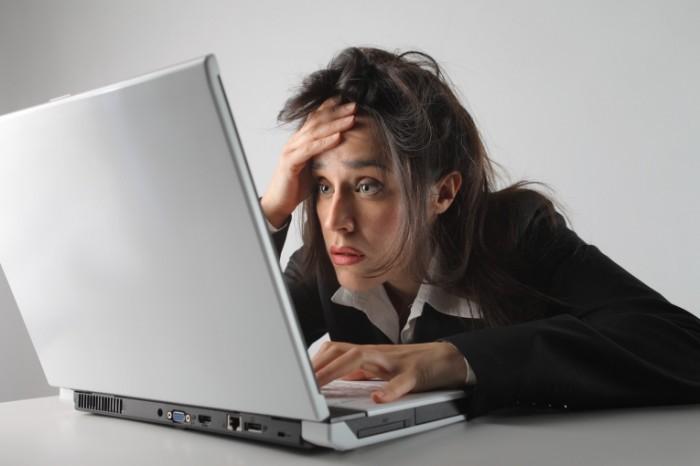 devushka s kompyuterom